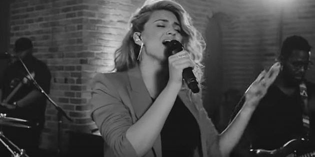 Tori Kelly – Never Alone ft. Kirk Franklin (Live)
